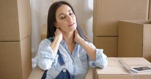 Stressad trött ung kvinna som sträcker hennes hals royaltyfri bild
