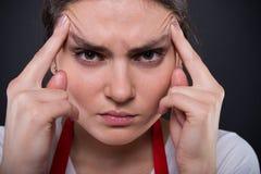 Stressad ung anställd i närbildsikt royaltyfri fotografi