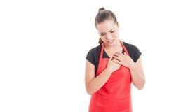 Stressad ung anställd som har bröstkorgen, smärtar arkivbilder