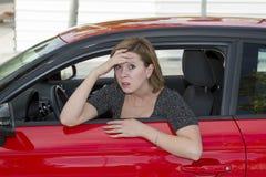 Stressad ung härlig kvinna för kvinnlig chaufför för nybörjare som ny skrämmas och, medan köra bilen i skräck och chock arkivbild