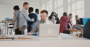Stressad ung man för kontorsarbetare som kastar legitimationshandlingar i luften som går i väg från RÖD EPOS för upptagen modern  arkivfilmer