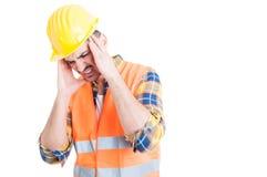 Stressad ung man med huvudvärken som ser evakuerad och tröttad arkivfoto