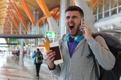 Stressad ut passagerare som har after problem med hans flygschema Royaltyfri Fotografi