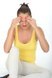 Stressade frustrerade Fed Up Young Woman med smärtsam huvudvärk Arkivfoto