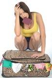 Stressade frustrerade Fed Up Young Woman Trying som stänger hennes resväska Fotografering för Bildbyråer