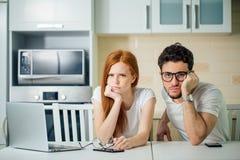 Stressade par i problem, har inga pengar som betalar skulder, för att betala hyra Arkivfoton