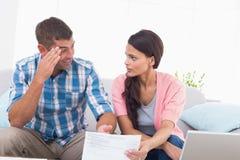 Stressade par som diskuterar över hem- finanser Arkivbild