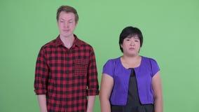 Stressade unga mång- etniska par som tillsammans ser uttråkade och trötta stock video