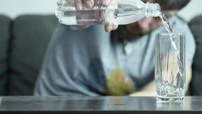 Stressat deprimerat självmords- påfyllningsvatten för ung man in i exponeringsglas, ultrarapid långsam rörelse arkivfilmer