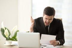 Stressat ilsket ropa för affärsman misshog med dålig docume royaltyfri foto