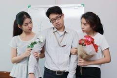 Stressat invecklat förhållande mellan tre personer Begrepp för förälskelsetriangel royaltyfria foton