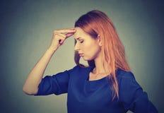 Stressat ledset oroat tänka för ung kvinna royaltyfri fotografi