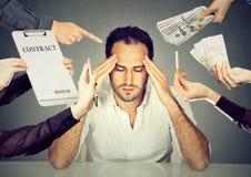 Stressat tänka för affärsman som förkrossas av ärenden, bör göras arkivfoton