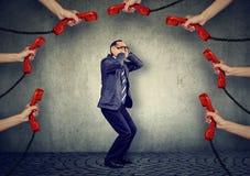 Stressed перегружал слишком бизнесменом много телефонных звонков стоковое фото