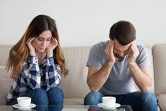 Stressed fick trötta par som masserar tempel, influensatecken stark huvudvärk royaltyfria foton