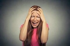 Stressed ha frustrato la donna che urla i grida fotografia stock libera da diritti