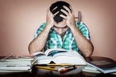 Stressed ha sovraccaricato lo studio dell'uomo Fotografia Stock