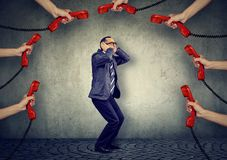 Stressed sobrecarregou por homem de negócios demais dos telefonemas foto de stock