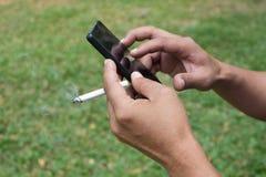 Stressed sorgte sich den Geschäftsmann und las schlechte Nachrichten an intelligentem Telefon h Lizenzfreie Stockbilder