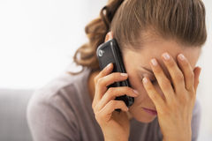 Stressed young woman talking mobile phone Royalty Free Stock Photos