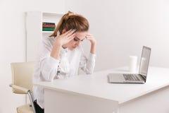 Stressedbusinesswoman有头疼在工作概念,接触寺庙的沮丧的头昏眼花的中国妇女疲乏对酸疼 库存照片