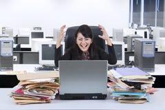 Stressfull affärskvinna som i regeringsställning skriker Arkivfoton