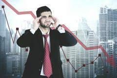 Stressig arabisk chef med att gå ned statistik Royaltyfri Bild
