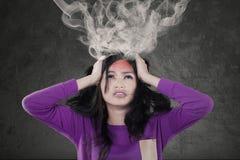Stressig flicka med det sprängda huvudet arkivfoto