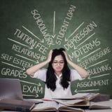 Stressig tonårs- student som har många problem royaltyfria bilder