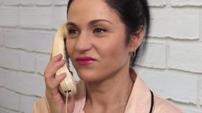 Stressige Frau, die auf dem Telefon- und Anfangsschreien spricht stock video