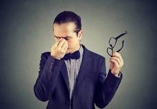 Stressige Geschäftsmann-Reibungsnase Stockbild
