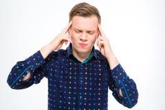 Stressiger deprimierter blonder Mann, der seine Tempel berührt und Kopfschmerzen hat Lizenzfreies Stockbild