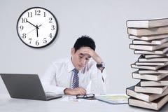Stressiger Geschäftsmann im Büro Lizenzfreie Stockfotos