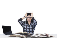 Stressiger Student, der viele Probleme 1 hat Lizenzfreie Stockfotografie