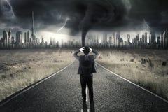 Stressiger Unternehmer, der auf Straße mit Sturm steht Lizenzfreie Stockbilder