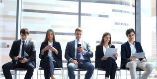 Stressigt folk som väntar på jobbintervjun royaltyfria bilder