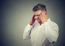 Stressigt manlidande med huvudvärk royaltyfri fotografi