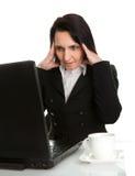 Stressvolle Geschäftsfrau, die an Laptop arbeitet stockbilder