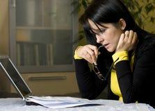 Stressvolle Rechnungen zum zu zahlen Lizenzfreie Stockbilder