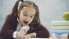 Stresu dzieciak robi pracie domowej Chłopiec przy nauki stołową robi pracą domową z stres akcją Gnuśna chłopiec robi pracie domow zdjęcie wideo