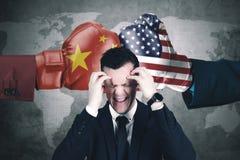 Stresujący biznesmen z rządowym konfliktem Zdjęcie Stock
