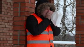 Stresujący mężczyzna oddycha w papierową torbę blisko budynku zbiory wideo