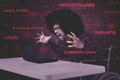 Stresujący mężczyzna z laptopem dostaje wirusa Fotografia Royalty Free