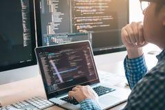 Stresuje się rozwijać programujący przyglądającą cyfrowanie technologię pracuje na komputerze obraz stock