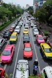Stresuje się ruchu drogowego dżem z colourful samochodami w Bangkok Zdjęcia Stock