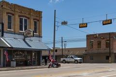 Stret plats i staden av Giddings i genomskärningen av U S Huvudvägar 77 och 290 i Texas Arkivbild