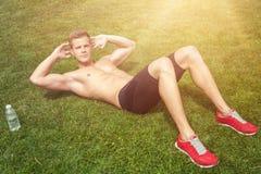Strething fuori muscles prima dell'esercizio Fotografia Stock