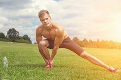 Strething fuori muscles prima dell'esercizio Immagini Stock Libere da Diritti