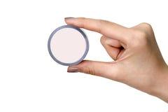 Stretta della mano una scatola di plastica cosmetica Immagini Stock Libere da Diritti