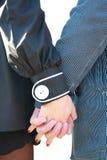Stretta della ragazza e dell'uomo per le mani fotografia stock